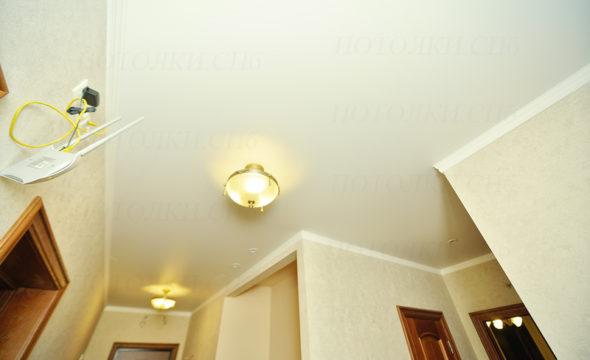матовый натяжной потолок в прихожей 13,6 под ключ