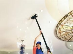 как помыть глянцевый потолок фото