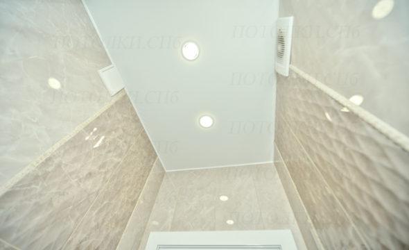 Матовый натяжной потолок в туалете под ключ