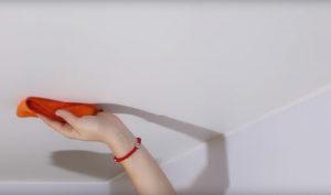 как помыть тканевый потолок