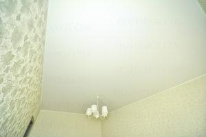 Матовый натяжной потолок в спальне Ватемяги фото 5