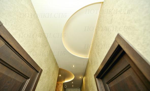 двухуровневый натяжной потолок в коридоре