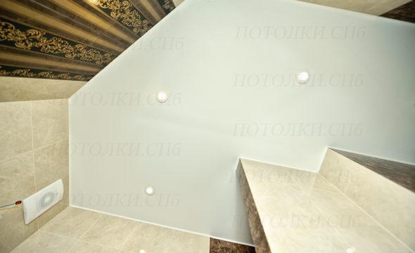 белый натяжной потолок в ванной 2