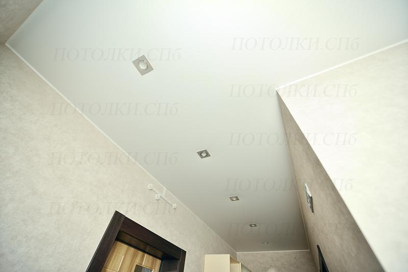 белый натяжной потолок в коридоре 2