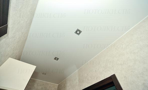 белый натяжной потолок в коридоре