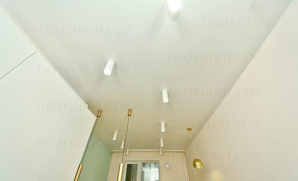 Оборонная белый натяжной потолок на кухне 1