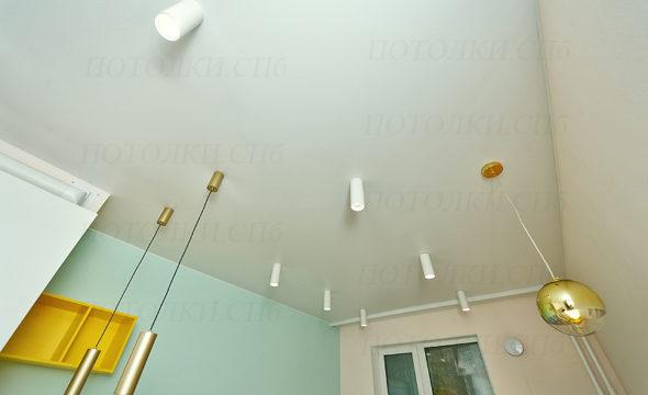 Оборонная белый натяжной потолок на кухне 3
