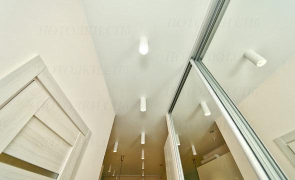 Оборонная белый натяжной потолок на кухне