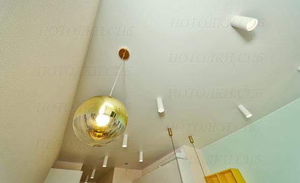 Оборонная белый натяжной потолок на кухне 5